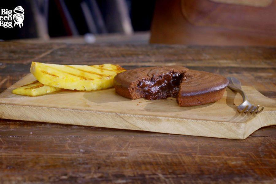 Pasteles de chocolate fundido con piña a la parrilla