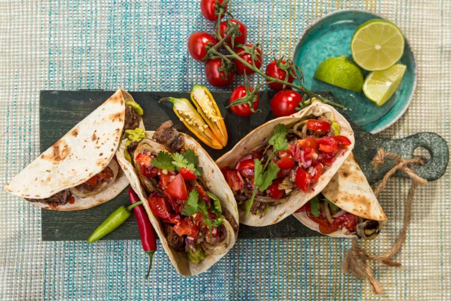 Tacos con carne, guacamole y pico de gallo