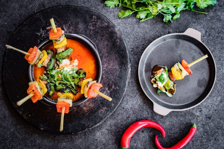 Brochetas de verduras provenzales con salsa de guindillas