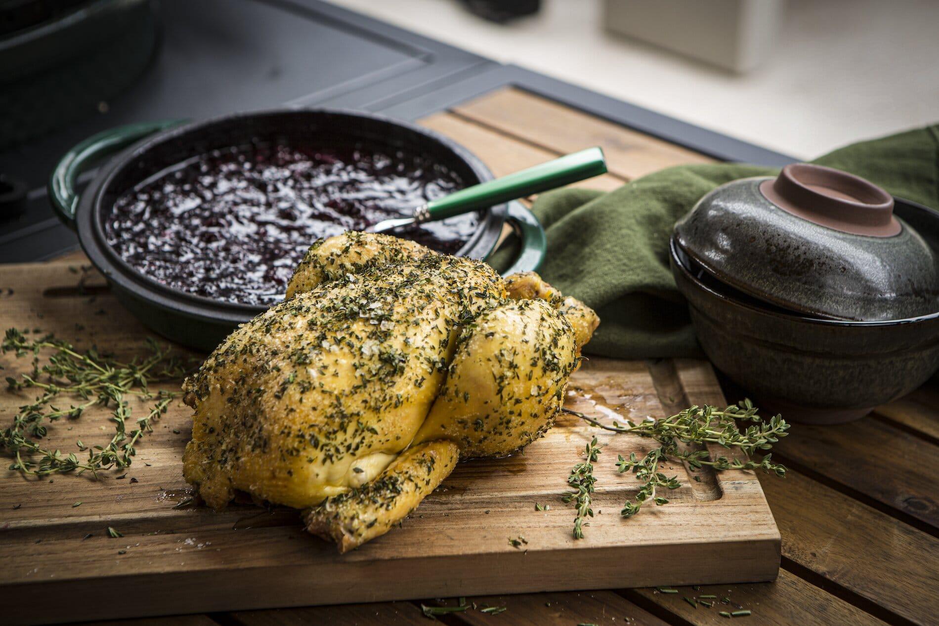 Pollo entero asado con salsa de frutos rojos