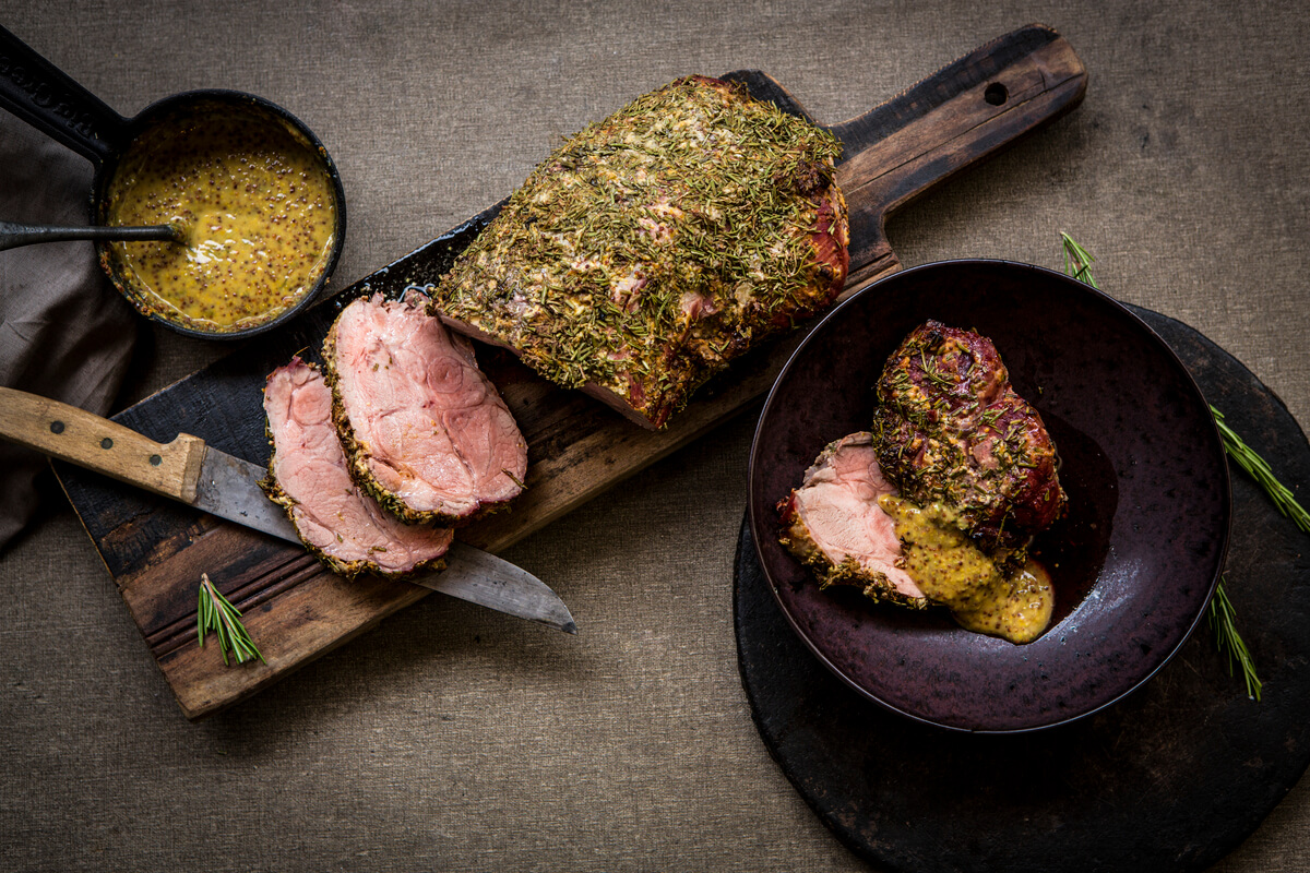Cuello de cerdo asado con salsa de mostaza