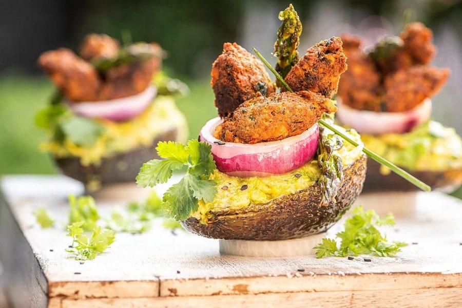 Ensalada de aguacate a la plancha con falafel crujiente