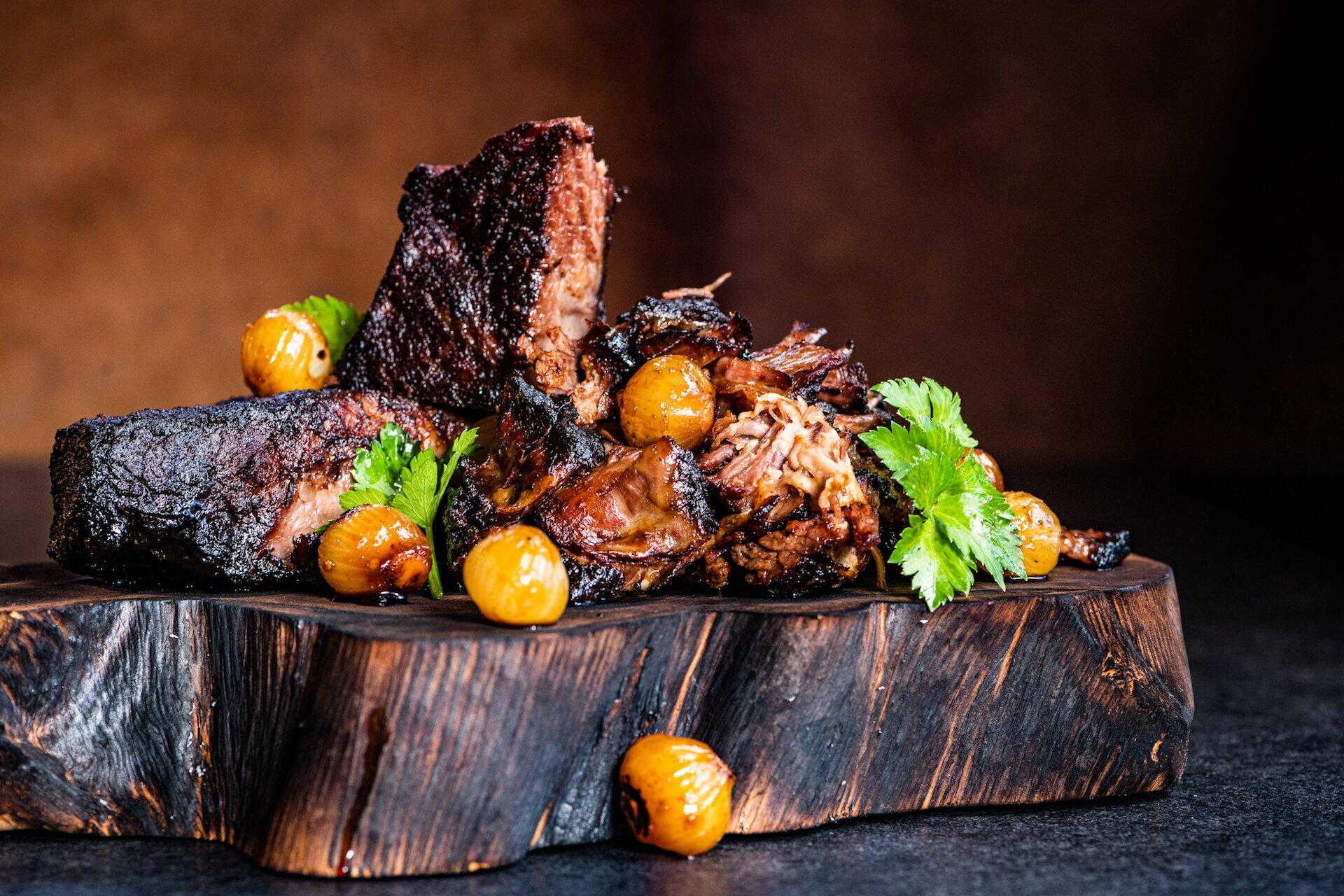 Carne deshebrada con cebollitas estofadas